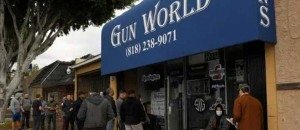 Αλλού αγοράζουν μαντηλάκια και στις ΗΠΑ όπλα